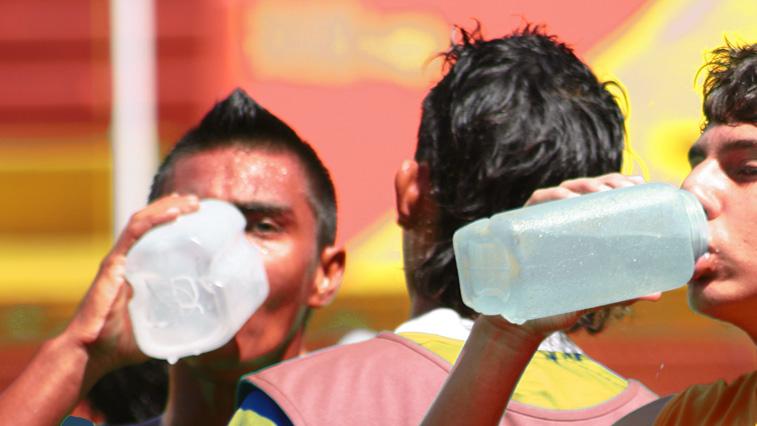 Durante los partidos o sesiones de entrenamiento específicamente, un error muy común y fácil de evitar, es la deshidratación.