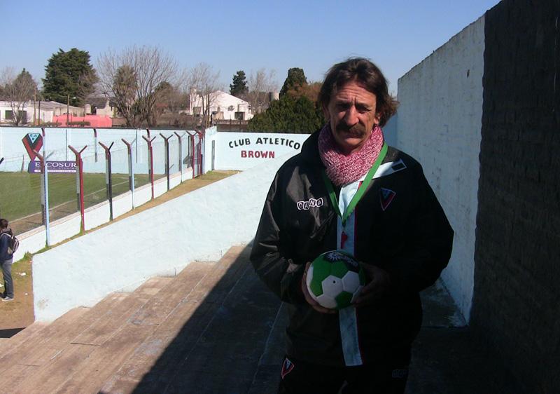 Viajamos hacia el estadio de Brown de Adrogué para conocer la historia de Pablo Vicó, el DT que vive dentro del mismo club que dirige. Amor y pertenencia a los colores.