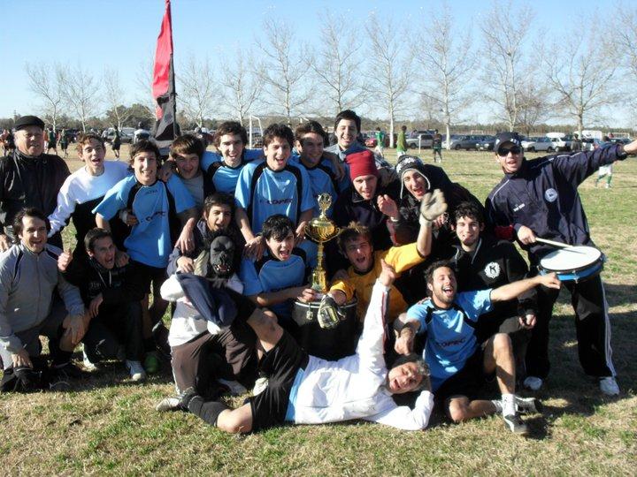 Fuimos a Rosario, Santa Fé para conocer la historia de Mono's Boys, de la picante liga baigorriense. Mauro Gallucci, uno de sus jugadores, nos cuenta los pormenores de este equipo que supo ser campeón y hoy espera nuevos desafíos.