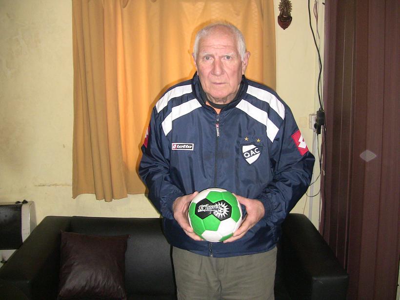 <p>Dino es el planillero y delegado de Quilmes, desde hace cinco décadas. Toda una vida llena de anécdotas, recuerdos y camisetas. Toda una vida dedicada a los colores que ama.</p>