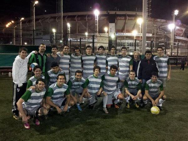 Un equipo formado por socios y amigos del club. Pablo Puglisi, uno de sus jugadores, nos cuenta cómo es disputar el torneo interno de River Plate en una de las mejores canchas de fútbol amateur del país.