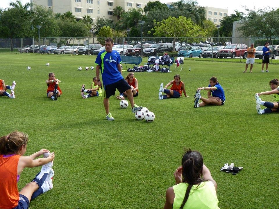 """Hablamos con Claudio Santoro, del Complejo del Parque de Rosario donde actualmente funciona una escuela de fútbol femenino donde asisten 370 chicas a partir de los 4 años. """"mas allá de ser una escuela de fútbol, es una escuela de vida donde hacemos mucho hincapié en fortalecer valores"""""""