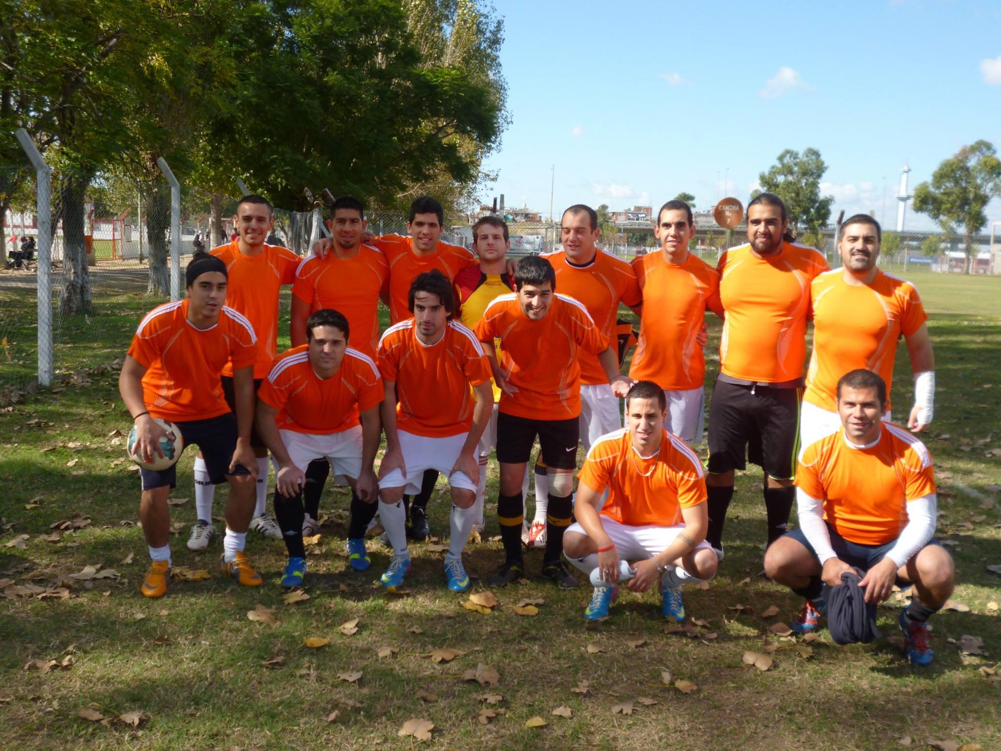 Leones empezó como un equipo de fútbol amateur y hoy apunta a transformarse en una institución. Un proyecto fuera de la común pero con un objetivo claro: que vuelvan los clubes de barrio.