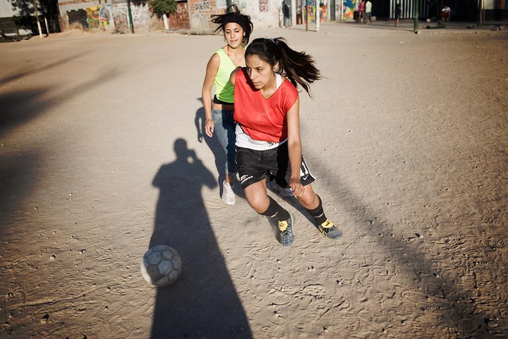 Mujeres con Pelotas se mete de lleno en el mundo del fútbol femenino. Historias de superación, inclusión social, prejuicios y discriminación, componen este documental de Ginger Gentile y Gabriel Balanovsky. Charlamos con ellos.