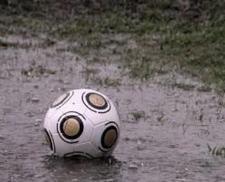 ¿A quién no le gusta jugar en el barro? Sentir la lluvia mientras vas corriendo. Ver cómo vas chapoteando más rápido que el rival para encontrar la pelota. Protestar porque diste un pase que se te clavó en un charco.