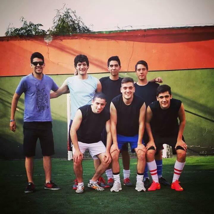 <p>Hay equipos de fútbol amateur que surgen de la fusión de varios grupos de amigos del secundario o, incluso, de dos hermanos.</p>