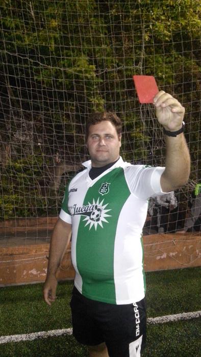 """Nicolás Jalley, árbitro de fútbol desde ya hace más de diez años. Paso por AFA, por torneos amateur. Hoy trabajando en la Liga Argentina de Árbitros de Fútbol se sienta y charla con """"HoySeJuega"""" y habla de la profesión y del impartir justicia."""