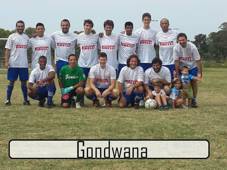 """<p>Fair play. Palabra a veces olvidada en el fútbol y que saca a relucir la gente de Gondwana cada vez que pisa una cancha en los torneos de """"El Trébol"""".<br /><span style=""""font-size: 12.8000001907349px;"""">Sus jugadores se tomaron un tiempo, charlaron con nosotros y nos contaron un poco más sobre este equipo de amigos que tiene experiencia y buenos hábitos en el fútbol.</span></p>"""