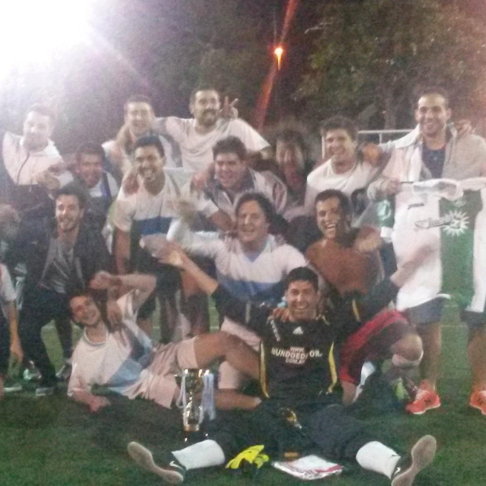El pasado miércoles 11 de noviembre se jugó la final deltorneo Camiseta de Fútbol en Grün FC. Allí se enfrentaron los dos equipos finalistas,La Barra yEl Redentor,el equipo de HoySeJuega, ambos con muchas expectativas de ganar ygritar campeón.