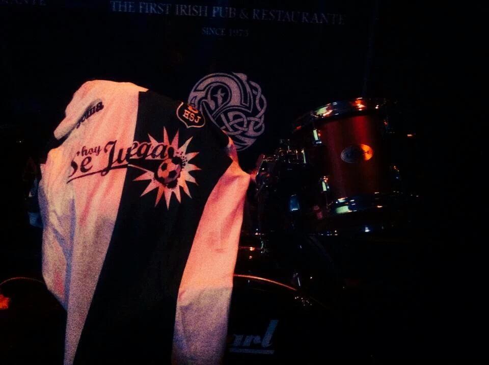"""Joel Jáuregui, autor del tema """"La vida no es la misma sin fútbol"""", tocó en Down Town Matías en el marco de su nueva gira. HoySeJuega tuvo la oportunidad de charlar con él acerca de su pasión por el rock y el fútbol."""