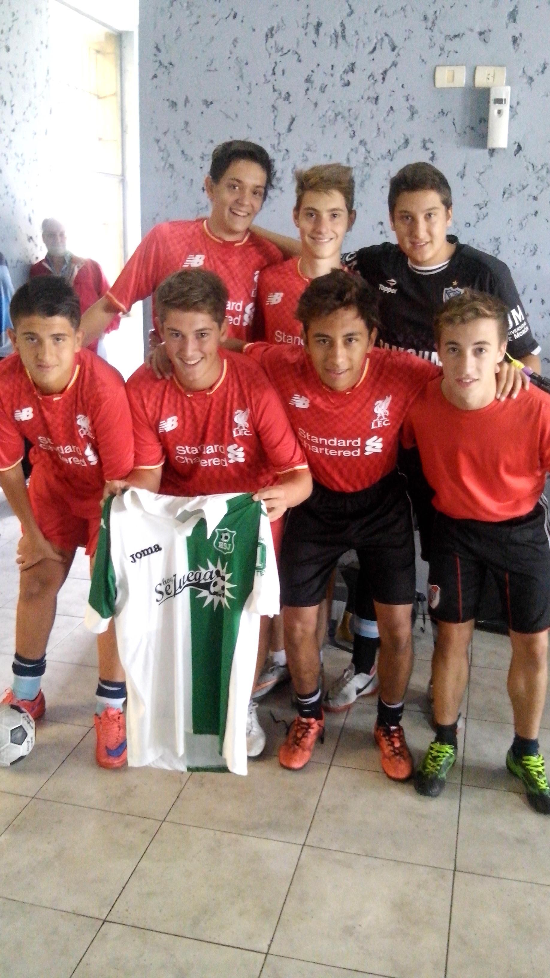 Los chicos del colegio Obras juegan el intercolegial en los torneos de TdeA y Juan se juntó a charlar con HoySeJuega. Nos contó que el colegio depende del club y que no solo juegan básquet.