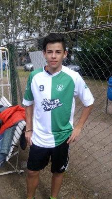 """<p>Nicolás Pinto tiene 16 años, vino de Colombia para Argentina a jugar al fútbol. Juega en los Torneos de TdeA, en los Intercolegiales. """"Me voy a vivir a Barcelona"""" comenta y afirma que va a tener sus pruebas en Europa.</p>"""