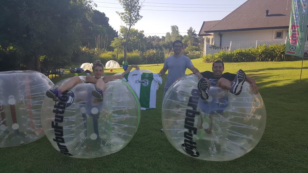 ¿Pensaste alguna vez como sería jugar al fútbol con burbujas en la cancha? Sí, leíste bien: burbujas. HoySeJuega estuvo con Nicolás Torgovnick, un emprendedor de 25 años que decidió hace más de un año comenzar un proyecto, compró por Internet burbujas de plástico que se colocan como un traje e inventó el Burbufútbol.