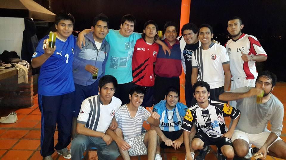 <p>Un grupo de ex compañeros de secundaria se reúne para jugar al fútbol. Lo hacen todos los viernes desde hace cuatro años y nada los detiene. Sueñan con un complejo propio</p>