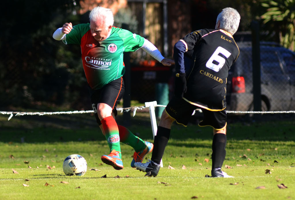 Jugar al fútbol despierta pasiones y éstas no se apagan por más que pasen los años. La redonda se vuelve una amiga inseparable: es para todos y no tiene fecha de vencimiento; ni siquiera certificado de jubilación.