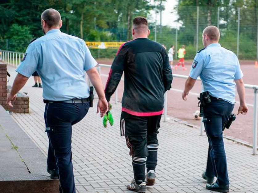 Un arquero del fútbol amateur en Alemania, fue llevado detenido tras perder un encuentro por goleada