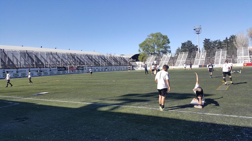 El fútbol amateur es una pasión federal. Y en algunas localidades se vive, además, como una antesala al fútbol profesional. Para saber un poco más sobre esta realidad, viajamos a Cipolletti, en Río Negro, y entrevistamos a Hugo Agorreca, Coordinador del fútbol amateur en el club Cipolletti.