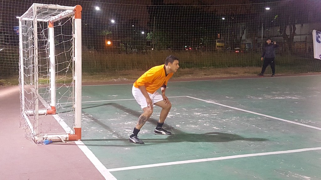 Ambos son arqueros en sus equipos del torneo de SUTECBA, uno ataja para el Teatro Colón y el otro protege la valla del Centro Cultural San Martín. Además, combinan el trabajo y diversión del fútbol entre amigos con el Futsal, deporte que también practican en su tiempo libre.