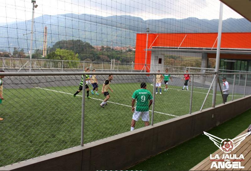 Juan Pablo Ángel, ex jugador de Fútbol, es uno de los tantos que tiene su propia cancha de fútbol, donde también, juega algunos partidos.