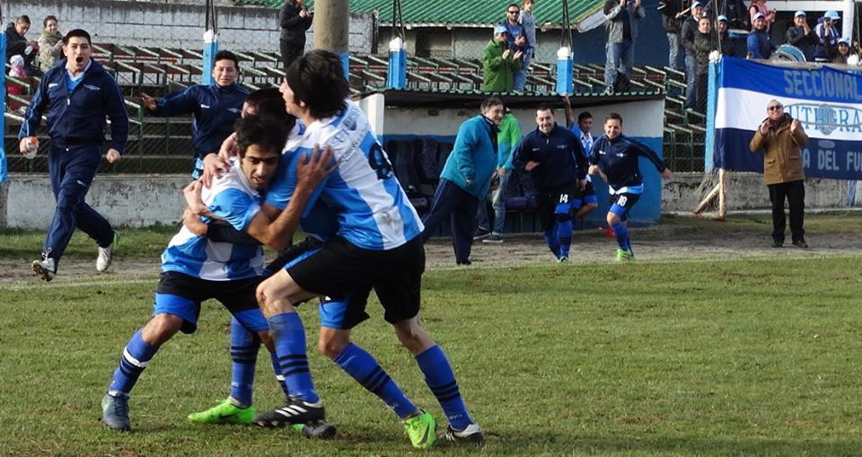 Por fuera de los campeonatos federados y no federados de Bariloche (Argentina) el equipo viaja por todo el país. La posibilidad de cumplir el sueño de sentirse futbolista gracias al sindicato. El esfuerzo de tener que trabajar, entrenar, jugar y viajar al mismo tiempo.