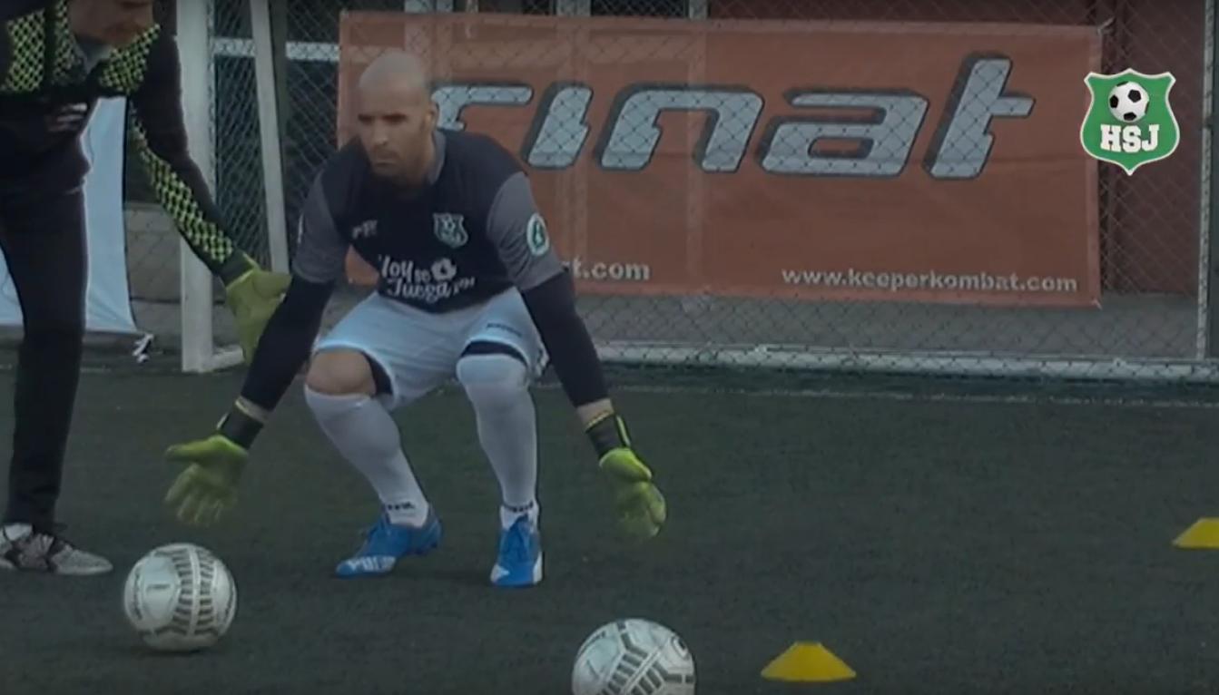 Para ganar este mano a mano, Alejandro Saccone, director de Arqueros en Red, nos enseña como debemos colocarnos y atacar el balón en un 1 vs 1 con el delantero rival
