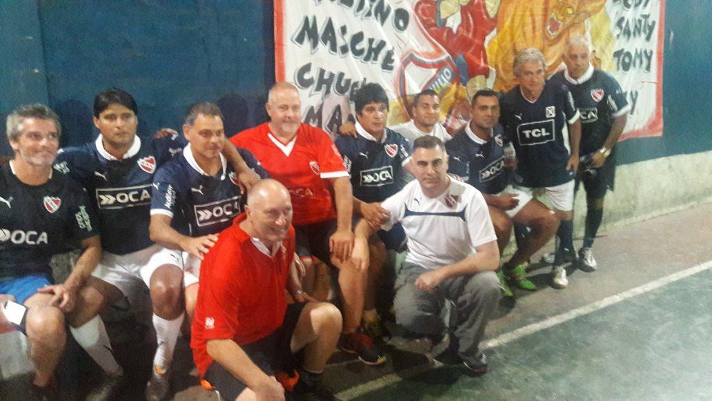 Gustavo Andrade es hincha de Independiente y tiene la grata posibilidad de jugar al fútbol todas las semanas con glorias del rojo como Ricardo Bochini y José Percudani. HoySeJuega te lleva esta historia que apasiona a cada jugador amateur.<br /><br />