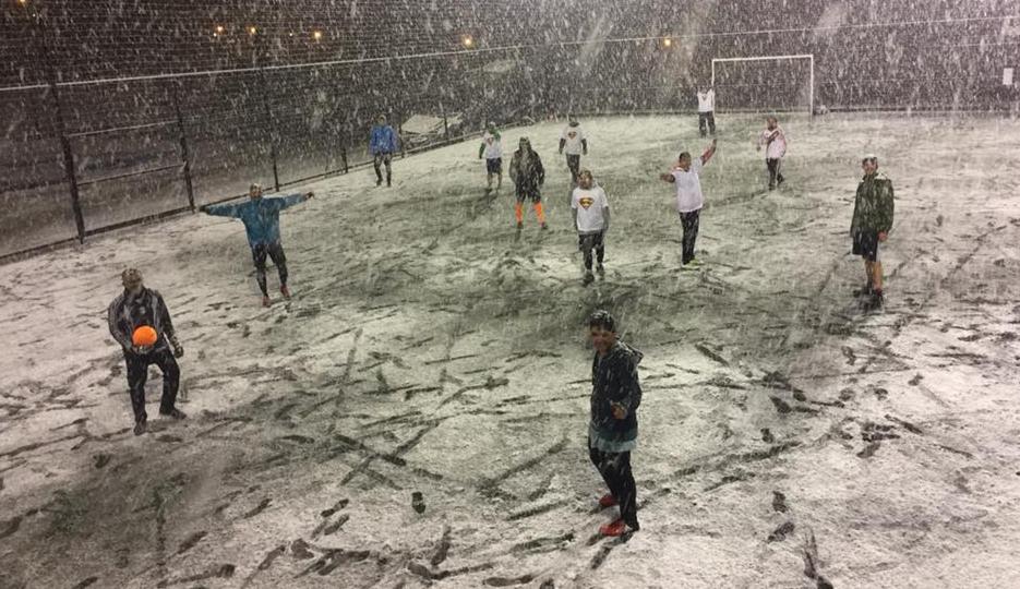 Con el paso del tiempo Bariloche ha ido cambiando el paradigma sobre la posibilidad de jugar en invierno. Hoy en día son cada vez más los que juegan al fútbol en las épocas de frío en la ciudad.Desde las categorías federadas que compiten a nivel nacional hasta quienes lo practican por mera placer y que no esquivan un partido ni con la nieve cayendo.