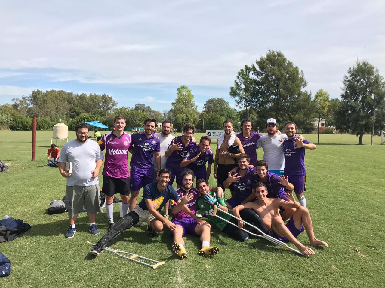 Gabriel y Bruno son jugadores del equipo 'El Capo del Obelo'. Formado desde compañeros de la primaria, actualmente amigos y amantes del fútbol, formaron el elenco en base a un personaje de radio y se autodenominan como un equipo coleccionista de Segundos y terceros puestos.