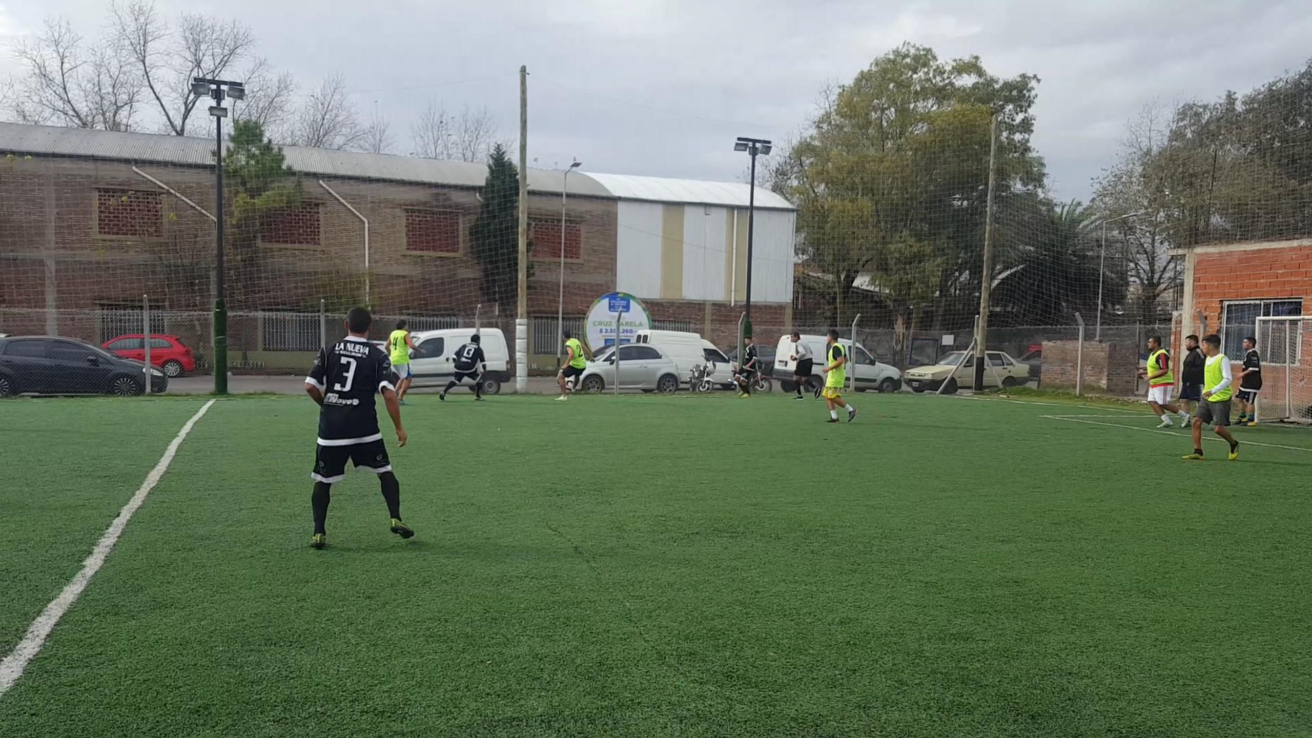 Dos hermanos con el fútbol en el ADN, organizan torneos con fines benéficos.
