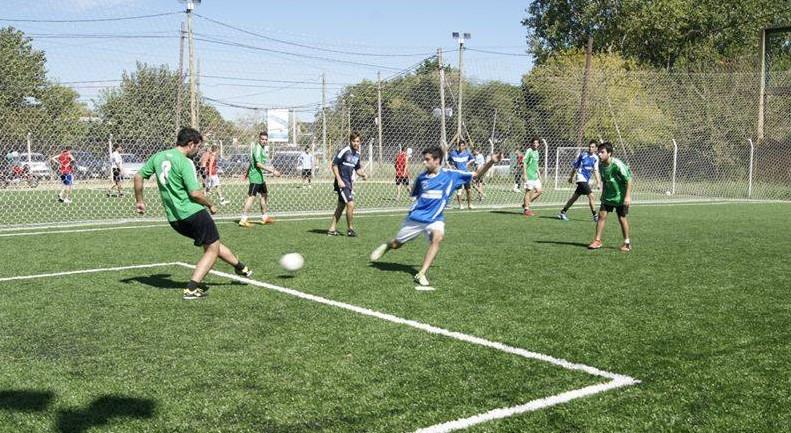 Ubicado en la Zona Norte de la Plata, ofrece los torneos de fútbol 7 organizados por Sin Polleras, una escuela mixta recreativa para chicos y diferentes actividades al aire libre.